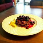 Recept: Fluffy pannenkoek met blauwe bessen en bramen