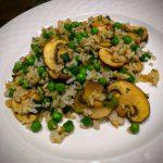 Recept: gebakken rijst met erwten en champignons