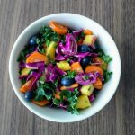 Recept: Salade van rode kool, boerenkool en vruchten