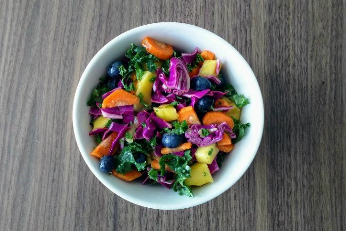 Salade van rode kool, boerenkool en vruchten